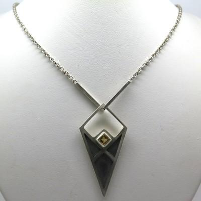 Joaillerie contemporaine boutique de créateur de bijoux à Paris 75005 - Philomène Thébault - Collier amulette C128