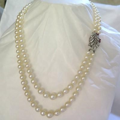 Collier double rang de perles de culture fermoir en platine diamants et rubis 228