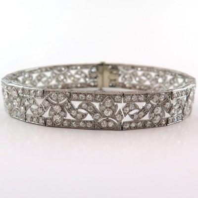 Bracelet circa 1920 à décor de fleurs de lotus en platine et diamants 178
